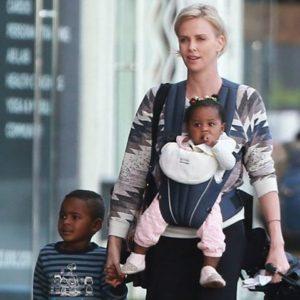 Charlize Theron hijos