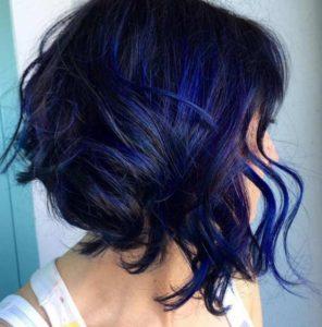mechas azules combinadas pelo corto