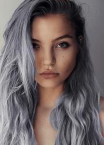 mechas grises para mujeres