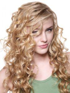 cortes de pelo con flequillo para melena rizada