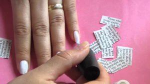 diseños de uñas con papel periodico