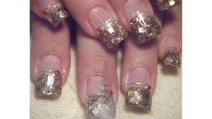 uñas de gel decoradas con cintillas