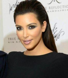 Kim Kardashian lució este peinado de una manera muy rockero, elegante y chic
