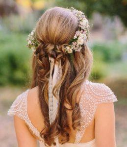 Cabellera suelta con diadema o adorno de flores