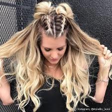 Dos trenzas a media cola y cabello suelto