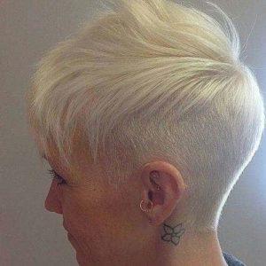 Peinado moderno con la parte posterior rasurada