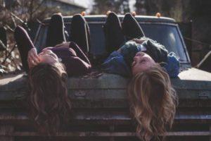 Peinados hippies con el cabello rizado