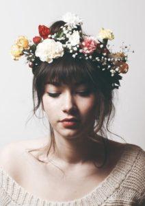 Recogido con flequillo y flores