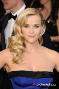 Reese Witherspoon se ve muy glamurosa con peek-a-boo bang