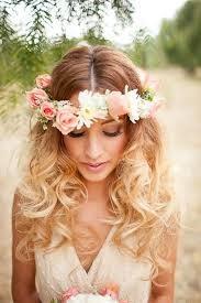 Tocado floral con cabello suelto